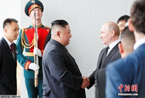 当地时间4月25日,朝鲜最高领导人金正恩和俄罗斯总统普京,在俄远东联邦大学首次会晤。双方在见面后,进行了握手致意。