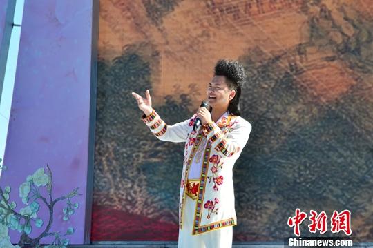 图为4月17日,青海花儿歌手索南孙斌身着民族服饰在海南州举办的花儿演唱会上一展歌喉。(资料图片)中新社记者 鲁丹阳 摄