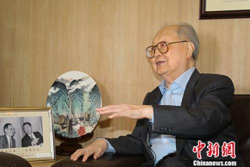 """""""纵横码汉字输入法""""发明人、94岁高龄的周忠继出生于江苏苏州的周忠继,上世纪五十年代与兄长移居香港,从事纺织工业、金融地产等商业贸易,跻身于实业家之列。<a target='_blank' href='http://www.chinanews.com/'>中新社</a>记者 谢光磊 摄"""