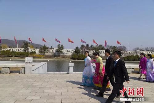 2019年4月,平壤,穿民族服装的朝鲜姑娘和穿西装的朝鲜小伙。《中国新闻周刊》记者 汪许凯 摄