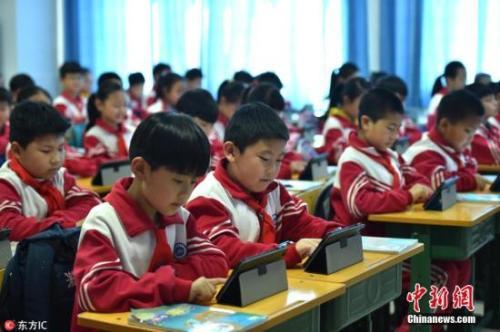 资料图:小学生正在用移动设备上课。图片来源:东方IC 版权作品 请勿转载