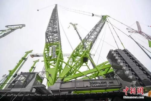 中联重科履带起重机以178米吊重112吨的成绩刷新了行业风电吊装新高度。杨华峰 摄