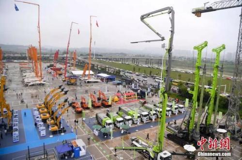 众多大型工程机械设备亮相2019长沙国际工程机械展览会。 杨华峰 摄