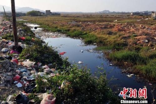 资料图:博社村前水沟发黑发臭,化学垃圾随处可见,制毒遗留痕迹明显。陈骥F 摄