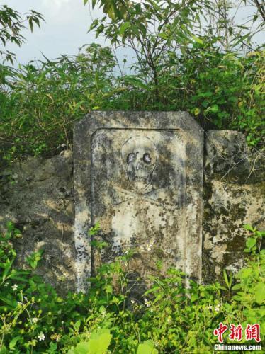 骷髅碑意味着这里曾经是雷区。张旭 摄