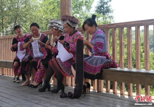 村民在長廊上唱歌和刺繡。張旭 攝