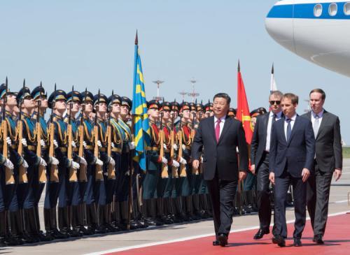 6月5日,國家主席習近平乘專機抵達莫斯科,開始對俄羅斯聯邦進行國事訪問。俄方為習近平主席在機場舉行迎接儀式。習近平檢閱俄羅斯三軍儀仗隊及分列式。新華社記者李學仁攝