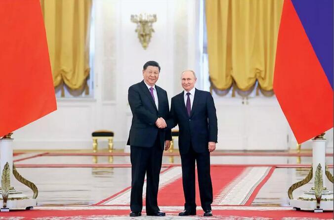 6月5日,国家主席习近平在莫斯科克里姆林宫同俄罗斯总统普京会谈。会谈前,普京总统在克里姆林宫乔治大厅为习近平主席举行隆重欢迎仪式。摄影/本刊记者 盛佳鹏