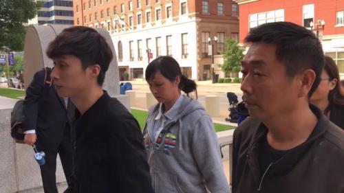 资料图片:章父章荣高(右)、母叶丽凤(中)、弟弟章新阳(左)。(图片来源:美国《世界日报》特派员黄惠玲╱摄影)
