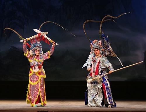 使双刀的京剧演员郭凡嘉:戏曲很小众?我不觉得