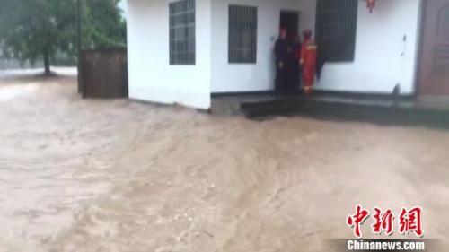 龍游縣石佛鄉西金源村雨勢過大,部分區域被淹。龍游消防中隊供圖