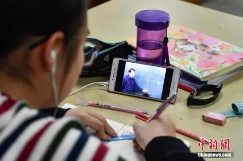 材料图:门生正在写功课。a target='_blank' href='http://www.chinanews.com/'种孤社/a记者 任东 摄
