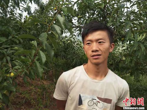 华家村种植大户:25岁的王平。邢蕊 摄