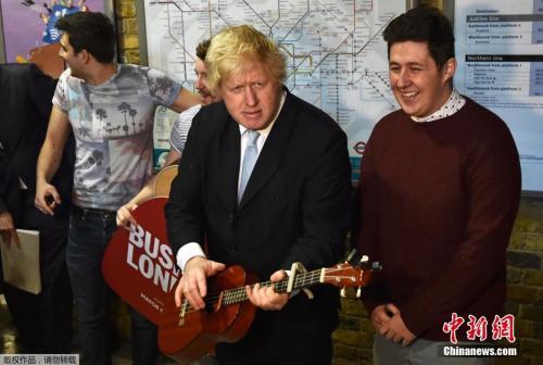 当地时间2015年3月23日,时任伦敦市长的鲍里斯·约翰逊与街头表演乐队The Tailormade在伦敦桥地铁站一起为政府提出的两个支持和推广街头表演的计划造势。