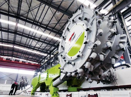 """创新是引领发展的第一动力。在江苏,正是创新这部""""发动机"""",释放出了高质量发展的巨大能量。图为江苏天明机械集团自主研制的智能采煤机器人,该产品处于国际先进水平,完全替代了进口设备,打破了高端采煤机市场被国外产品长期垄断的局面。 新华日报社供图"""