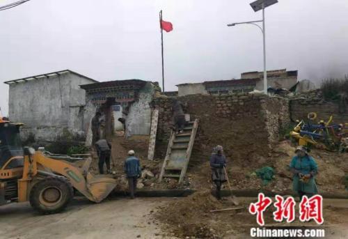4.25地震村委会破损,组织村民进行修复。 供图