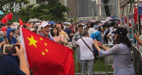 艺人钟镇涛出席集会,并持国旗拍照。图片来源:香港《明报》/何宛儿 摄