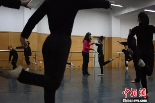 王玉梅培養年輕學員。受訪者供圖