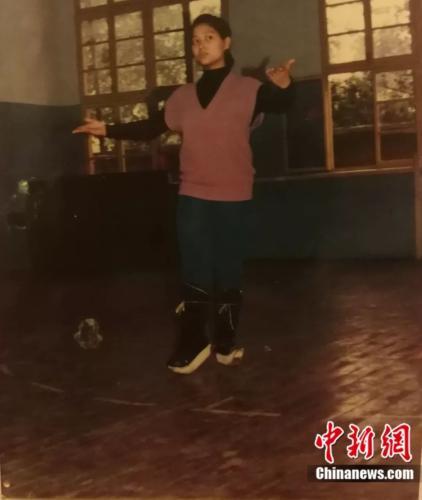 年輕的王玉梅在進行川劇基本功演練。受訪者供圖