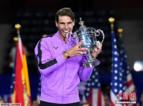 北京時間9月9日,2019美網結束了全部比賽的爭奪,在男單的收官戰中,2號種子、西班牙天王納達爾鏖戰近五小時,苦戰五盤以7-5/6-3/5-7/4-6/6-4艱難擊敗了5號種子、俄羅斯95后新星梅德韋杰夫,生涯第四次問鼎美網男單冠軍,這也是他第19座大滿貫冠軍,距離費德勒20冠的紀錄只差一冠。奪冠后的納達爾躺地慶祝,雙手捶胸霸氣十足。