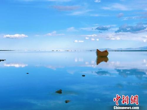 """资料图:""""天空之镜""""茶卡盐湖。 张坤 摄"""