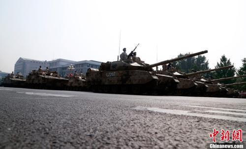 10月1日上午,庆祝中华人民共和国成立70周年大会在北京天安门广场隆重举行。图为受阅的坦克方队。<a target='_blank' href='http://www.chinanews.com/'>中新社</a>记者 汤彦俊 摄