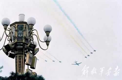 10个空中梯队、15个机型、132架作战飞机,编队总长75.637公里,10月1日上午11时05分20秒至12分19秒,依次准确无误地飞越天安门广场上空。图片来源:解放军画报
