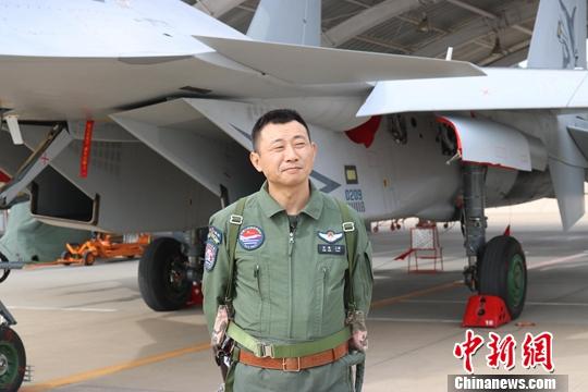 图为9月19日,参与此次阅兵的舰载机梯队飞翔员王明。a target='_blank' href='http://www.chinanews.com/'中新社/a记者 郭超凯 摄