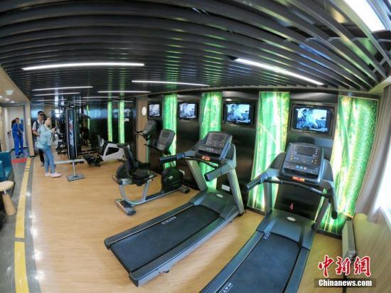 資料圖:傳統健身房內一般設有跑步機,橢圓儀等健身器材。申海 攝