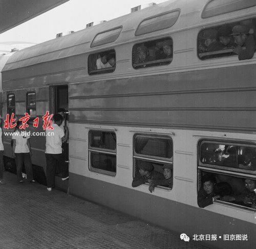 1960年,北京火车站,双层旅客列车停在北京车站。 李士民摄 图片来源:北京日报