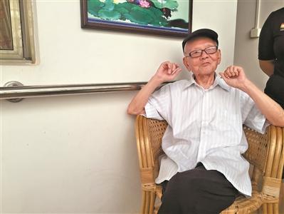 """95岁老人每天写日记 称是克服老年痴呆""""法宝"""""""