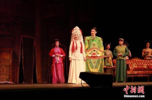 当地时间10月20日晚,中国著名艺术家刘晓庆主演的话剧《风华绝代》在悉尼星港城举行访澳的首场演出,引起轰动。这是该剧自2012年4月首演以来的第187场演出。图为演出现场。中新社记者 陶社兰 摄
