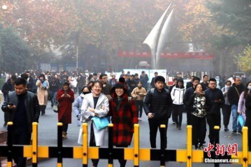 材料图:考死参与完上午的国考测验后走出科场。 a target='_blank' href='http://www.chinanews.com/'中新社/a记者 王及第 摄