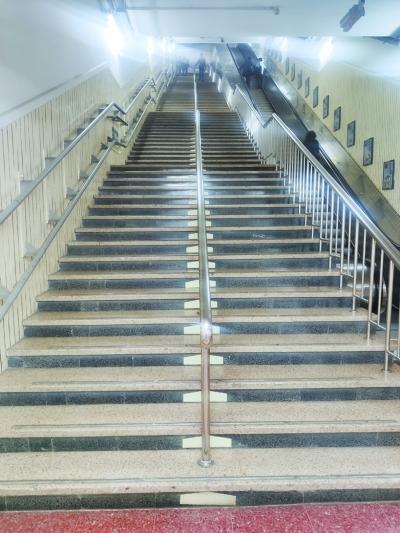 无直梯,升降平台速度慢,建国门站百余级台阶令残障人士望而却步。