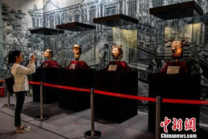 资料图:四件圆明园兽首铜像展出 陈骥旻 摄