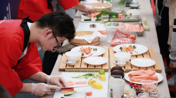"""华人选手在""""首届巴黎日本寿司厨艺大赛""""上大比拼。(图片均由《欧洲时报》记者 欧文 摄)"""