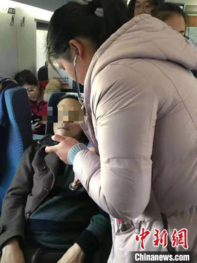 待乘客病情和情绪平稳后,杨璨给乘客又测了一次血压和心率。 中国科大附一院(安徽省立医院)供图