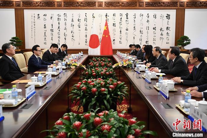 12月6日,中共中央政治局委员、中央外事工作委员会办公室主任杨洁篪同日本国家安全保障局长北村滋在北京共同主持中日第七次高级别政治对话。中新社记者 崔楠 摄