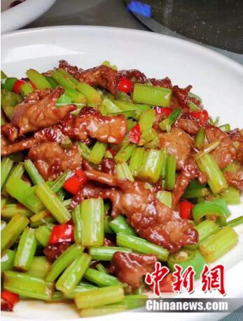 东北餐馆的芹菜炒肉。翟宏伟/摄
