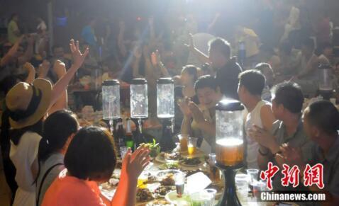 东北人聚会摆满啤酒的餐桌。刘洋/摄