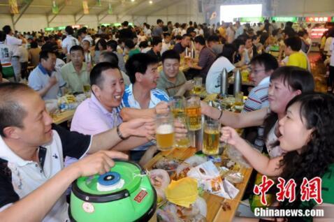餐桌上尽情豪饮的东北人。刘洋/摄