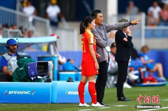 资料图:6月25日,中国队主教练贾秀全(右)在场边指挥。当日,在法国蒙彼利埃举行的2019年国际足联女足世界杯1/8决赛中,中国队以0比2不敌意大利队,无缘八强。中新社记者 富田 摄