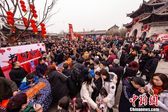 资料图:春节期间,河南建业大食堂吸引众多游客游庙会、吃小吃,拉动消费。 崔悦 摄