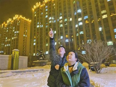 赵宇和妻子在便利店门口畅想未来发展。