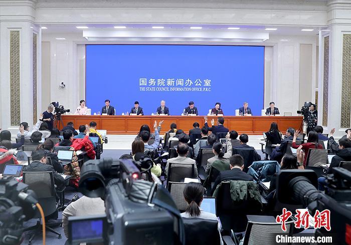 1月9日,中国国务院新闻办公室在北京举行新闻发布会,介绍2020年春运形势和工作安排。中国民用航空局、国家铁路集团有限公司、交通运输部有关负责人在发布会上表示,春运期间将防范武汉不明原因肺炎疫情扩散。<a target='_blank' href='http://www.chinanews.com/'>中新社</a>记者 张宇 摄