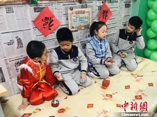 资料图:学生在体验东北民俗火炕 刘栋 摄