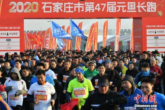 1月1日,数千名长跑爱好者齐聚千年古城河北正定,以健身长跑的形式迎接新年。图为活动现场。中新社记者 翟羽佳 摄