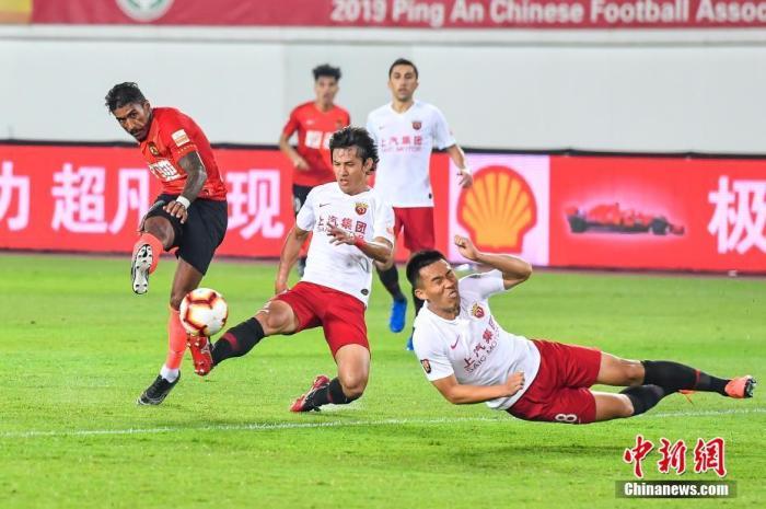 资料图:广州恒大与上海上港在比赛中 <a target='_blank' href='http://sjzjysm.com/'>中新社</a>记者 陈骥旻 摄