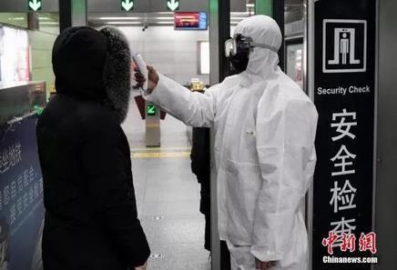 北京地铁50余站对进站旅客进走体温测试。中新社记者 崔楠 摄