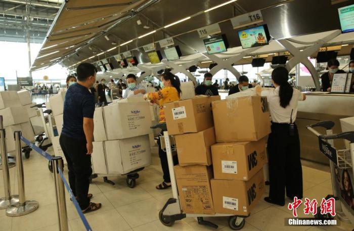 1月31日,泰国华人华侨爱心人士捐赠的一批防护服、口罩等物资在曼谷素万那普机场办理手续准备运往武汉。<a target='_blank' href='http://www.chinanews.com/'>中新社</a>记者 王国安 摄